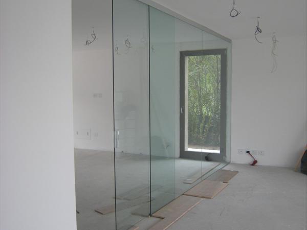 Foto parete divisoria sala cucina in cristallo trasparente porta scorrevole con maniglia in - Parete divisoria in vetro prezzi ...