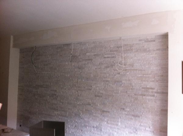 Foto parete in geo pietra e finta trave in cartongesso di - Parete rivestita in pietra ...