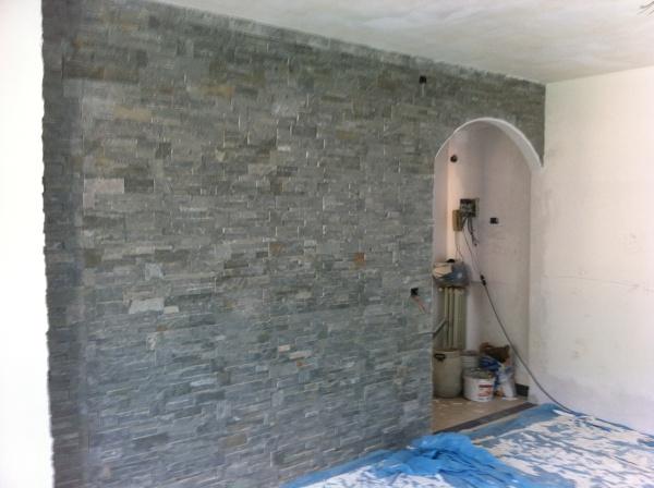 Foto parete in geo pietra grigia con arco in cartongesso - Parete attrezzata grigia ...
