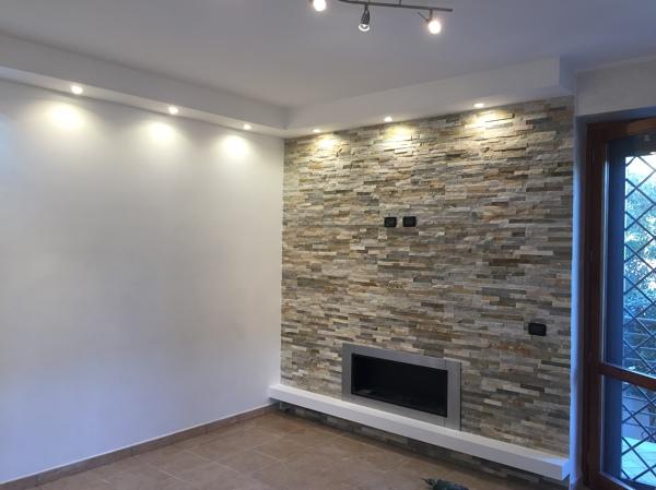 Foto parete in pietra mista con illuminazione a led su strutture
