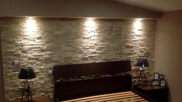 Foto parete in pietra naturale con effetto cascata luce - Camera da letto con parete in pietra ...
