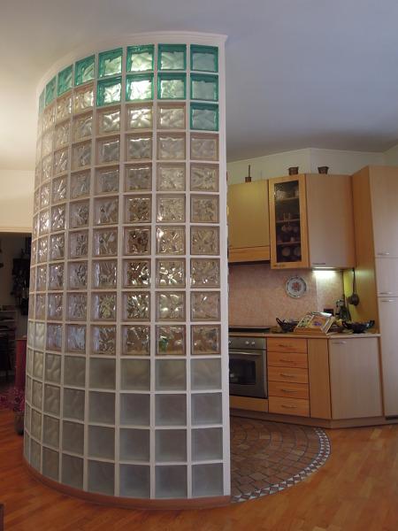 Foto parete in vetro cemento cucina soggiorno di architetto roberto carlando 565806 habitissimo - Aprire finestra muro esterno ...