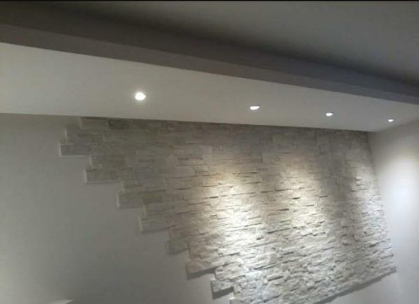 Foto: paretina con cartongesso pietra ed illuminazione led di di