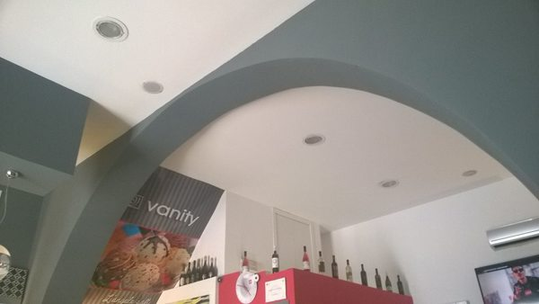 Foto particolare controsoffitto con faretti e arco in cartongesso