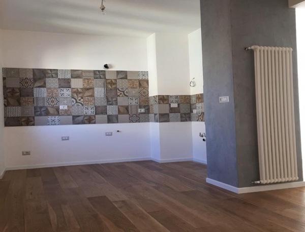 Foto pavimentazione pi mattonelle cucina e pittura di - Mattonelle per cucina ...