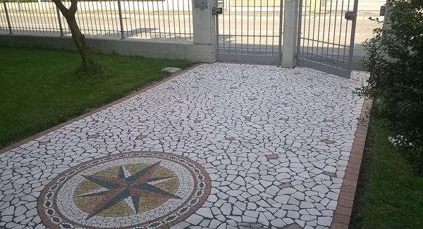Foto: pavimento con palladiana formati piccoli di travertino chiaro
