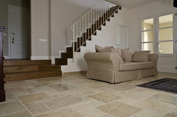 Foto pavimento in travertino di rossella cristofaro for Pavimenti per soggiorno