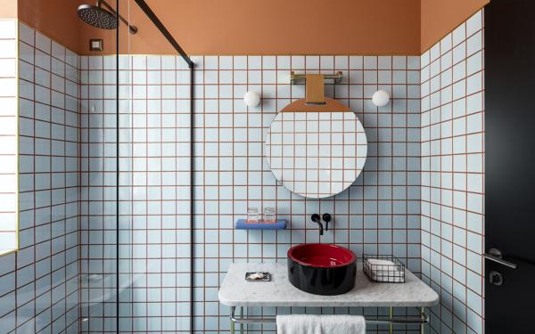 Foto piastrelle bianche e fughe colorate di rossella for Piastrelle nere e bianche