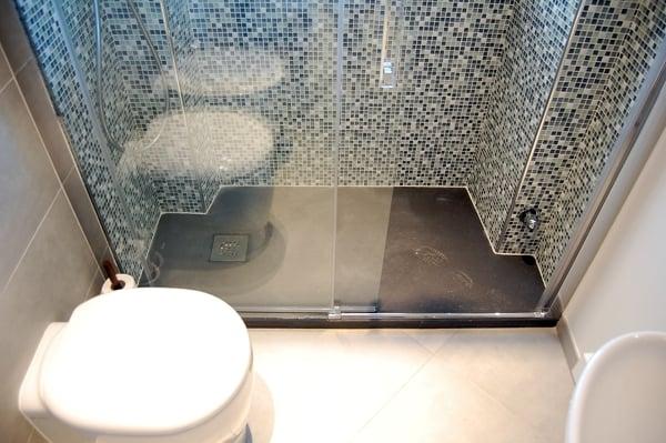 Foto piatto doccia tagliato su misura ad effetto pietra di 3g snc 130742 habitissimo - Idee bagno muratura ...