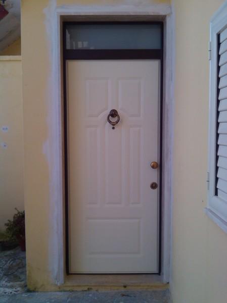 Foto porta blindata con sopraluce e pannello in alluminio - Porte e finestre in legno prezzi ...