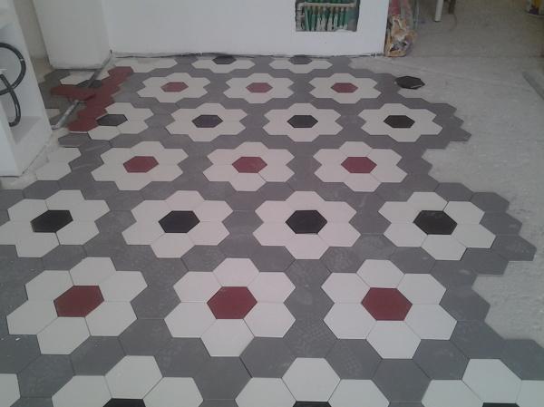 Foto posa di pavimento con piastrelle ottagonale di mario