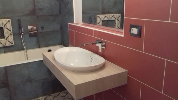 Foto posa piastrelle pavimento e rivestimento bagno e tinteggia