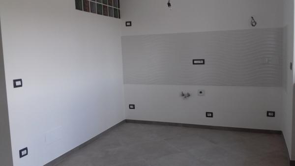 Foto posa piastrelle pavimento e rivestimento cucina e