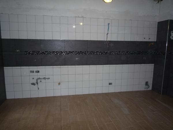 Foto posa rivestimento cucina con fascia mosaico di for Piastrelle mosaico per cucina