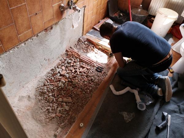 Foto: preparazione fondo per posa piatto doccia di