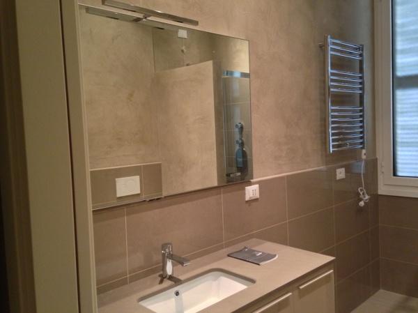 foto realizzazione bagno con mobilia piastrellato e