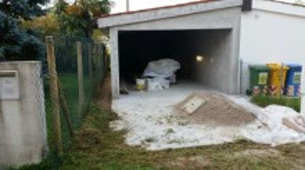 Foto realizzazione garage nuovo con una fila di mattoni a for Disegni di garage di mattoni