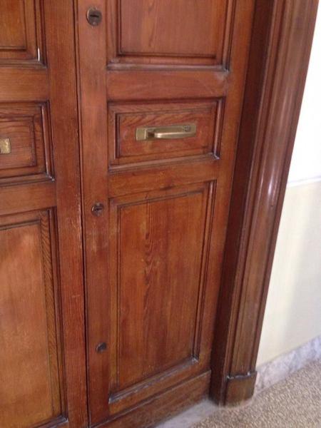 Foto restauro dei mobili antichi e porta d 39 ingresso di for Foto di mobili antichi