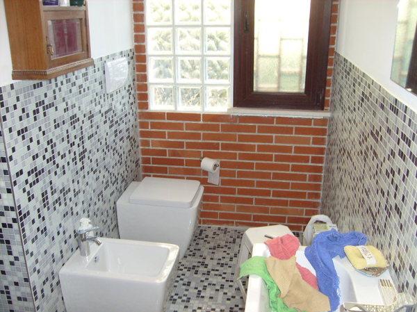Foto ristrutturazione bagno con rivestimento e pavimento in