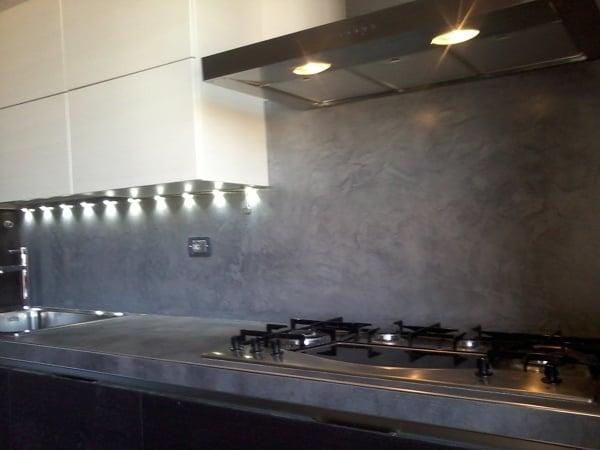 Foto rivestimento cucina in resina decorativa di chelin - Resina parete cucina ...