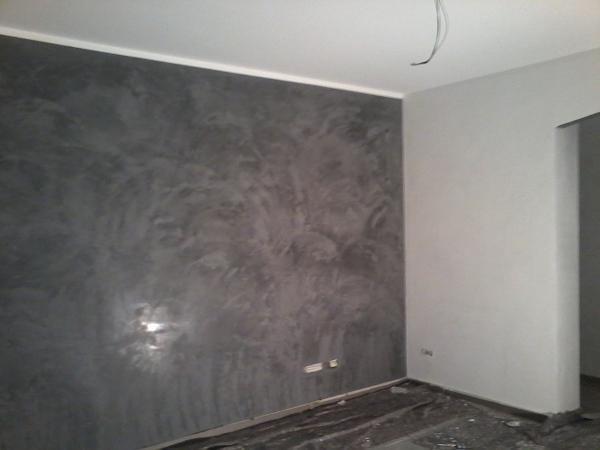 Foto sala pareti stucco veneziano bianco carrara e - Pareti camera da letto grigio perla ...