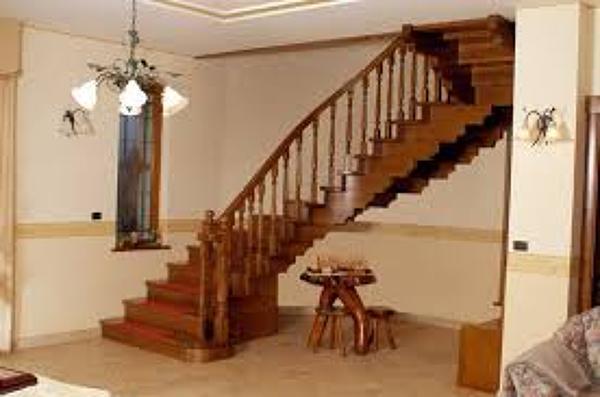 Foto salone con scala particolare di srl for Escaleras de madera sencillas