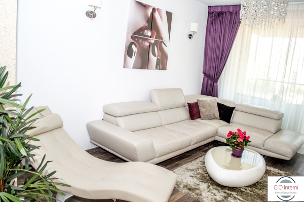 Foto salotto con divano in pelle e chaise longue relax di