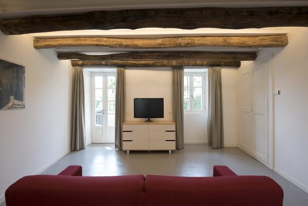 Foto: salotto travi a vista e illuminazione integrata di arch