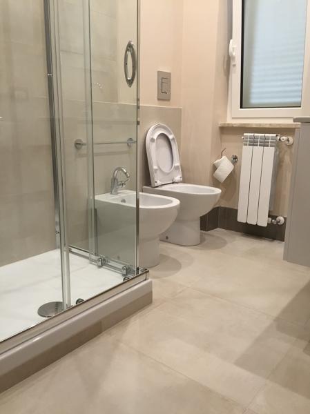 Foto sanitari bagno di servizio di renova interiors - Bagno di servizio ...