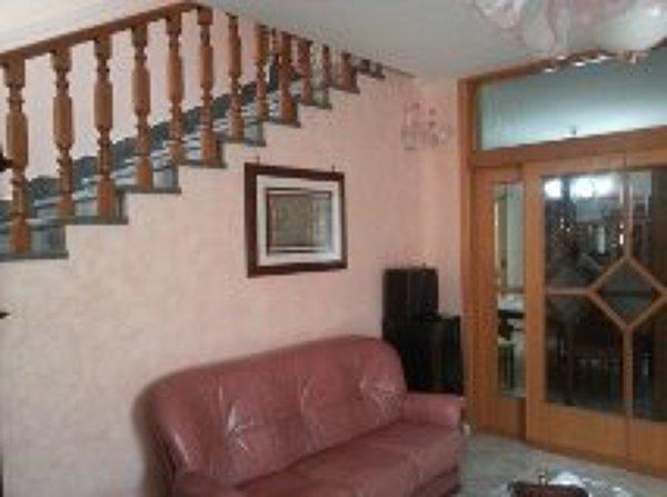 Scaletta In Legno Antica : Scala con passamano in legno il tutto con parete di stucco antico