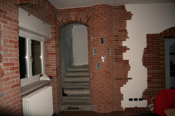 Excellent excellent foto scala con pilastro rotondo in for Muri con pietre a vista