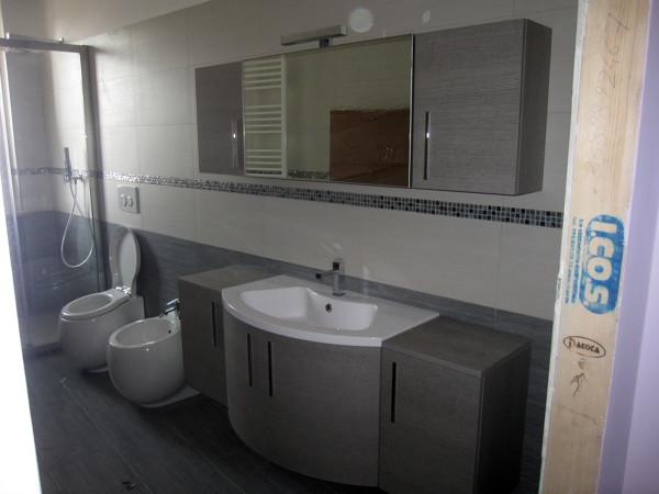 Foto secondo bagno con mobile bagno in mdf e lavabo in mineral