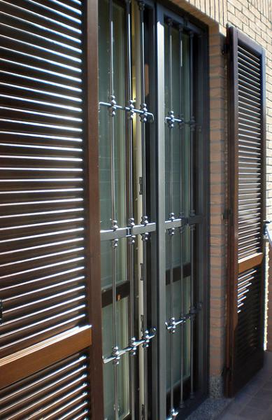 Foto serramenti e persiane in legno inferriate in ferro for Serramenti in legno prezzi