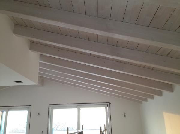 Foto soffitto in legno trattato con vernice sbiancante for Mansarda in legno bianco
