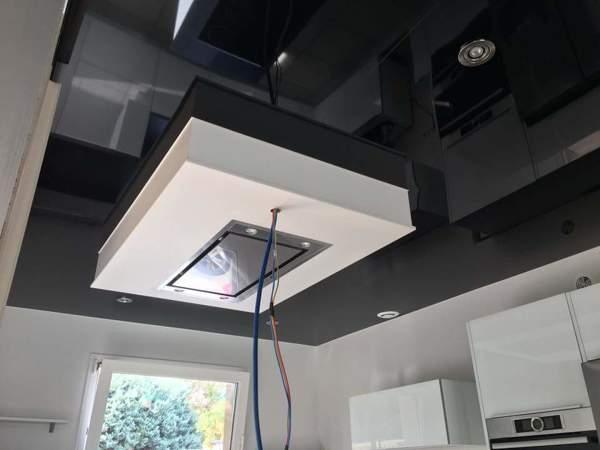 Foto: soffitto teso laccato nero inserito cappa cucina di arco tecno
