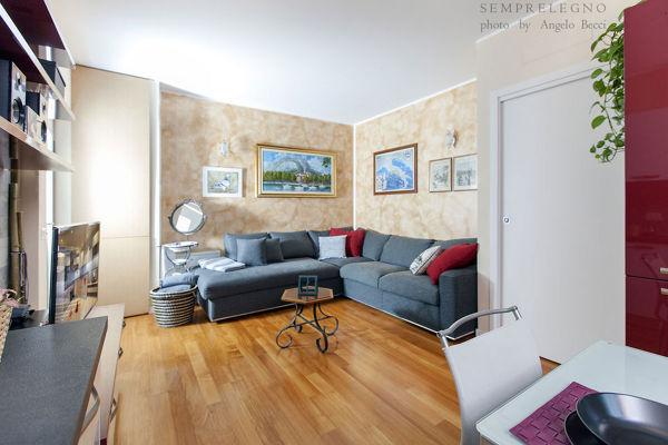 Foto soggiorno arredato con mobili su misura di semprelegno