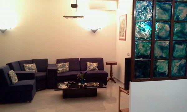Foto soggiorno con particolare parete in vetro di murano di