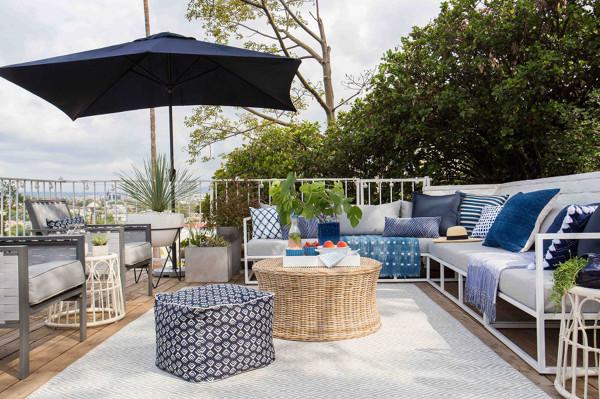 Foto terrazza di casa arredata in bianco e azzurro di for Foto di case arredate