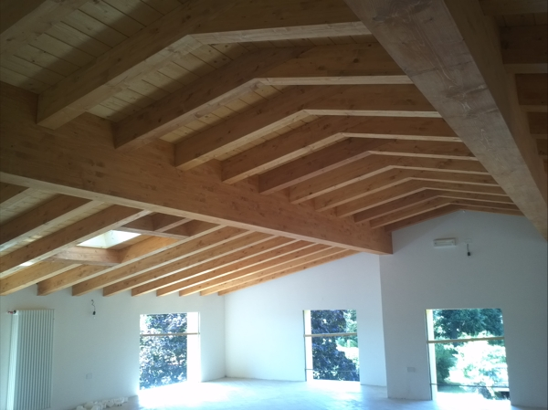 Foto tetto in legno senza colmo di costruzioni spada - Pitturare legno senza carteggiare ...