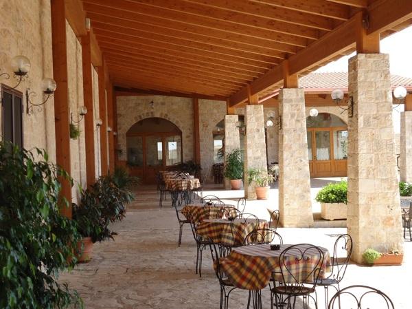 Foto tetto lamellare e pilastri in pietra ex novo di for Costo per costruire pilastri di pietra