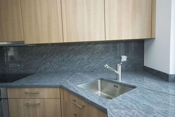 Foto top cucina con rivestimento in serizzo di zanco - Rivestimento top cucina ...
