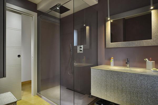 Foto una cascata di benessere dal soffione a soffitto de - Soffione doccia a soffitto ...