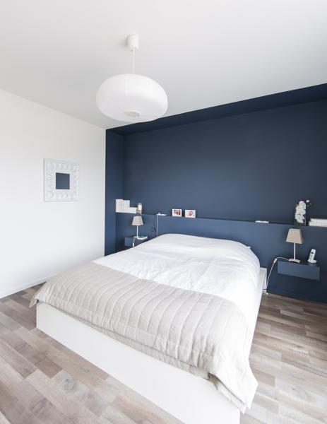 Foto una stanza neutra prende vita grazie alla parete blu for Arredamento etnico cagliari
