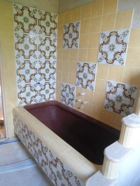 Foto vasca da bagno in muratura realizzata in cemento modellato a mano e rivestita con maiolica - Vasca da bagno in cemento ...