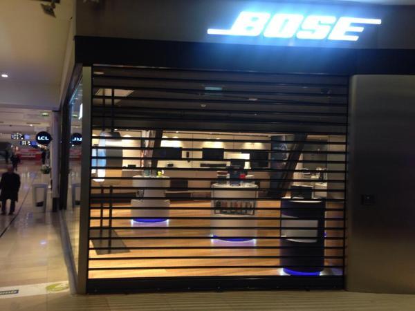 foto vetrina serranda microforata boutique bose parigi centro commerciale les quatre temps la. Black Bedroom Furniture Sets. Home Design Ideas