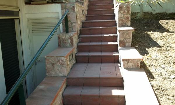 Foto villino con scala esterna rimodulata e ammattonata con gradini in pliker di tecno impresa - Scale per esterno in muratura ...