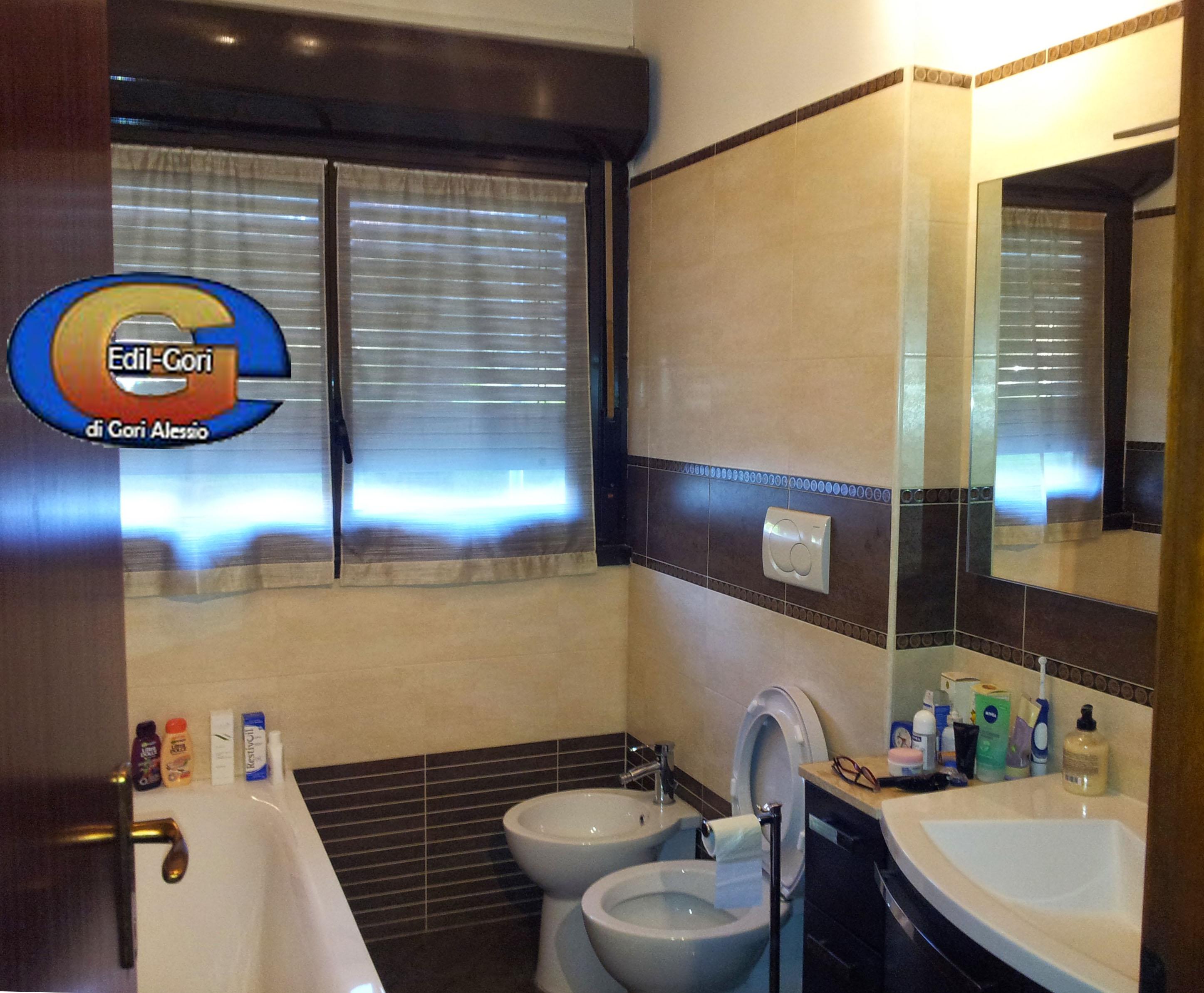 Progetto bagno moderno fascione a contrasto idee ristrutturazione bagni for Idee bagno moderno