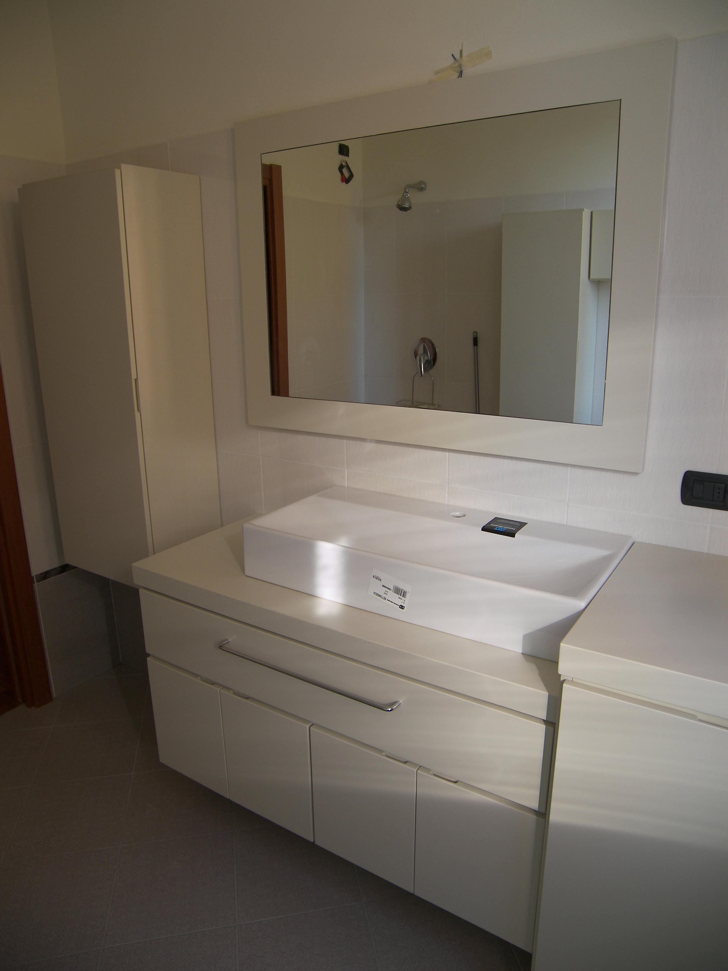 Mobile bagno laccato bianco crema progetti armadi for Arredo bagno bianco