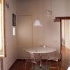 Angolo soggiorno con tavolo da pranzo tondo
