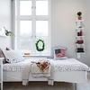camera da letto ben organizzata